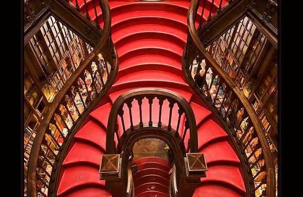 A incrível escadaria interna da Livraria Lello & Irmão
