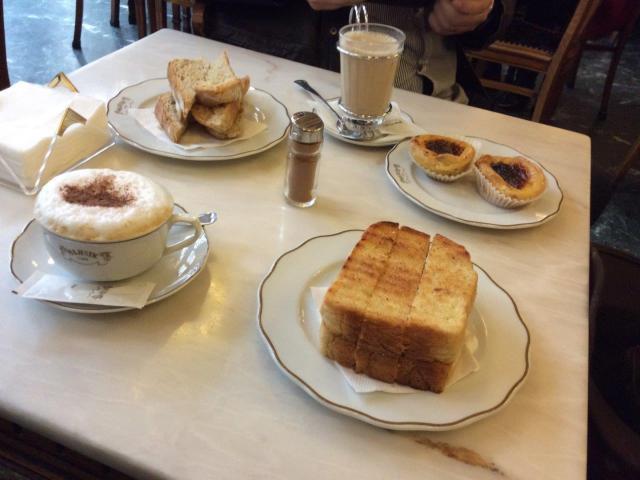 famosas torradas especiais do Café Majestic Aliás, acompanhada do Galão tradicional café com leite, e ainda os pastéis de nata